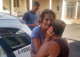IDADORA CAI EM PRANTOS QUANDO POLICIAIS REENCONTRA